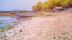 Plantaciones cercanas con marea baja algáceas por mediodía - Nusa Penida, Bali, Indonesia de la alga marina de Fisher Boats Fotografía de archivo libre de regalías