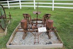 Plantador do milho - cultivando fazer à máquina indicado na vila de Amish imagem de stock royalty free
