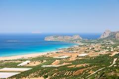Plantagen von Olivenbäumen nahe bei dem Meer Lizenzfreies Stockfoto