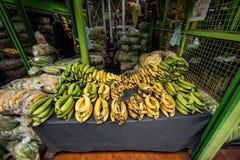 Plantains sur l'affichage au marché de nourriture de Paloquemao Image libre de droits