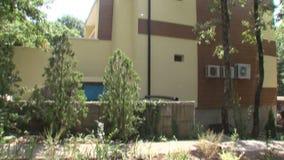 Plantas alrededor del hotel de familia en el parque búlgaro Rosinets almacen de video