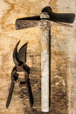 Plantas das tesouras e tabela de madeira velha excedente oxidada do martelo Imagens de Stock Royalty Free