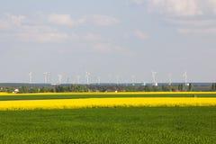 Plantas de energias eólicas e campos da violação imagem de stock royalty free