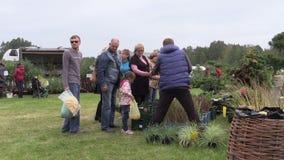 Plantas de la compra de la gente y comida natural del granjero en feria botánica metrajes