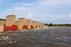 Plantas de la hidroelectricidad sobre el río Misisipi en Davenport, Iowa, los E.E.U.U. fotografía de archivo libre de regalías