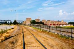 Plantas de la vía y de la hidroelectricidad del tren sobre el río Misisipi en Davenport, Iowa, los E.E.U.U. imágenes de archivo libres de regalías