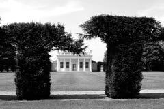 Plantas delante del edificio del jardín Imagen de archivo