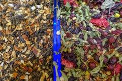 Plantas e tisanas secadas no bazar fotografia de stock