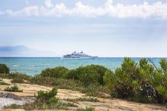 Plantas pelo mar e uma vista do iate no defocus france ` Azur da costa D Fotos de Stock