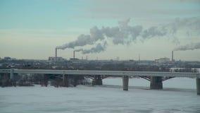 Plantas que contaminan la atmósfera de la ciudad en invierno almacen de video