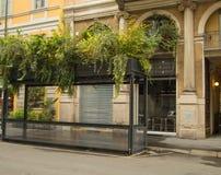 Plantas verdes que crescem no telhado de um café vazio da rua em Milan Italy, em outubro de 2018 fotos de stock