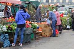 Plantas, verduras y árboles frutales para la venta en el mercado de Kalvariju en la ciudad vieja de Vilna, Lituania Imagen de archivo