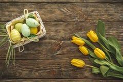 Plantas y huevos de la primavera en la madera Imágenes de archivo libres de regalías