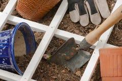Plantation des outils de jardin d'arrière-cour de saison et du paillis photographie stock libre de droits