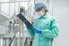 Plante a imagem, cientista que está nas escadas de aço com tabuleta Imagem de Stock