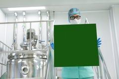 Plante a imagem, cientista que está nas escadas de aço, guarde o pa vazio Imagens de Stock