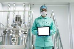 Plante a imagem, cientista que está nas escadas de aço, guarde Ta vazia Imagem de Stock Royalty Free