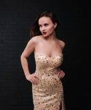 Planteamiento del modelo en un vestido rosado Fotos de archivo