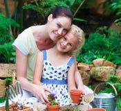 plantera för moder för dotter som trädgårds- är deras Royaltyfri Bild