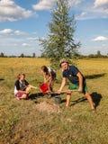 Plantera lönnträd på lördag i den Gomel regionen av Republiken Vitryssland Royaltyfri Fotografi
