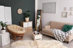 Plantes tropicales avec les feuilles vertes et les meubles confortables image libre de droits