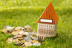 Plantez l'élevage dans le pot en verre de pièces de monnaie pour l'argent sur l'herbe verte Photographie stock
