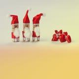 Plantilla abstracta de la invitación de la tarjeta de felicitación de la Navidad Pinzas Papá Noel con los regalos Fotografía de archivo libre de regalías
