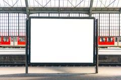 Plantilla aislada blanco Urb del espacio en blanco del cartel de la cartelera de la estación de tren Imagen de archivo