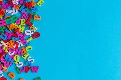 Plantilla con muchas letras del color, ABC con el fondo azul y el espacio vacío para el texto Concepto del negocio y de la educac Imagen de archivo