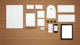 Plantilla corporativa de la identificación de los efectos de escritorio en blanco en fondo de madera Fotografía de archivo libre de regalías