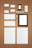Plantilla corporativa de la identificación de los efectos de escritorio en blanco en fondo de madera Fotos de archivo