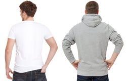 Plantilla de la camiseta y de la camiseta Hombres en la camiseta blanca y en sudadera con capucha gris Vista posterior trasera Mo fotografía de archivo