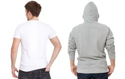 Plantilla de la camiseta y de la camiseta Hombres en la camiseta blanca y en sudadera con capucha gris Vista posterior trasera Mo foto de archivo libre de regalías