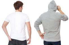 Plantilla de la camiseta y de la camiseta Hombres en la camiseta blanca y en sudadera con capucha gris Vista posterior trasera Mo fotos de archivo libres de regalías