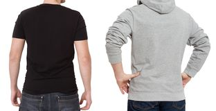 Plantilla de la camiseta y de la camiseta Hombres en camiseta negra y en sudadera con capucha gris Vista posterior trasera Mofa p fotos de archivo libres de regalías