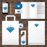 Plantilla de la identidad con diseño del logotipo de la montaña Imagen de archivo libre de regalías