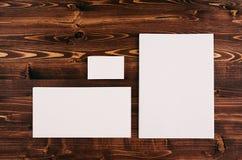 Plantilla de la identidad corporativa, efectos de escritorio en el tablero de madera del marrón del vintage Imite para arriba par Fotos de archivo libres de regalías