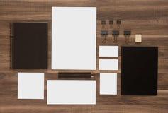 Plantilla de la marca del negocio de la maqueta en el escritorio de madera Fotografía de archivo libre de regalías