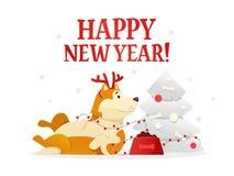 Plantilla 2018 de la postal de la Feliz Año Nuevo con el perro amarillo lindo que miente cerca del árbol de navidad en el fondo b Fotografía de archivo
