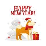 Plantilla de la postal de la Feliz Año Nuevo con el perro amarillo lindo con el regalo rojo cerca del árbol de navidad en el fond Fotografía de archivo libre de regalías