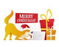 Plantilla de la postal de la Feliz Navidad con el perro amarillo lindo con los regalos rojos y amarillos grandes en el fondo blan Foto de archivo