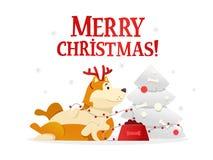 Plantilla de la postal de la Feliz Navidad con el perro amarillo lindo que miente cerca del árbol de navidad en el fondo blanco E Foto de archivo libre de regalías