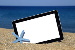Plantilla de la tableta en la playa Imagenes de archivo