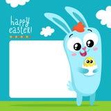 Plantilla de la tarjeta de felicitación de Pascua con el conejito que sostiene el huevo Imagen de archivo
