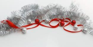 Plantilla de la tarjeta de felicitación hecha de cinta roja, de la malla de plata y de las bolas con el espacio de la copia, visi Fotografía de archivo
