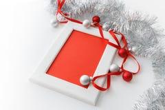 Plantilla de la tarjeta de felicitación hecha del bastidor blanco y de la tarjeta roja con la cinta roja, plata y malla roja del  Fotos de archivo