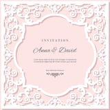 Plantilla de la tarjeta de la invitación de la boda con el marco de corte del laser Colores del rosa en colores pastel y del blan Imagen de archivo libre de regalías