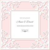 Plantilla de la tarjeta de la invitación de la boda con el marco de corte del laser Colores del rosa en colores pastel y del blan Foto de archivo