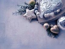 Plantilla de la tarjeta de Navidad El fondo del día de fiesta con la estrella, corazón, abeto ramifica, la Navidad juega, espacio Imágenes de archivo libres de regalías