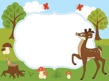 Plantilla de la tarjeta del vector con un ciervo lindo, las mariposas, las setas y los árboles en Forest Background Fotos de archivo